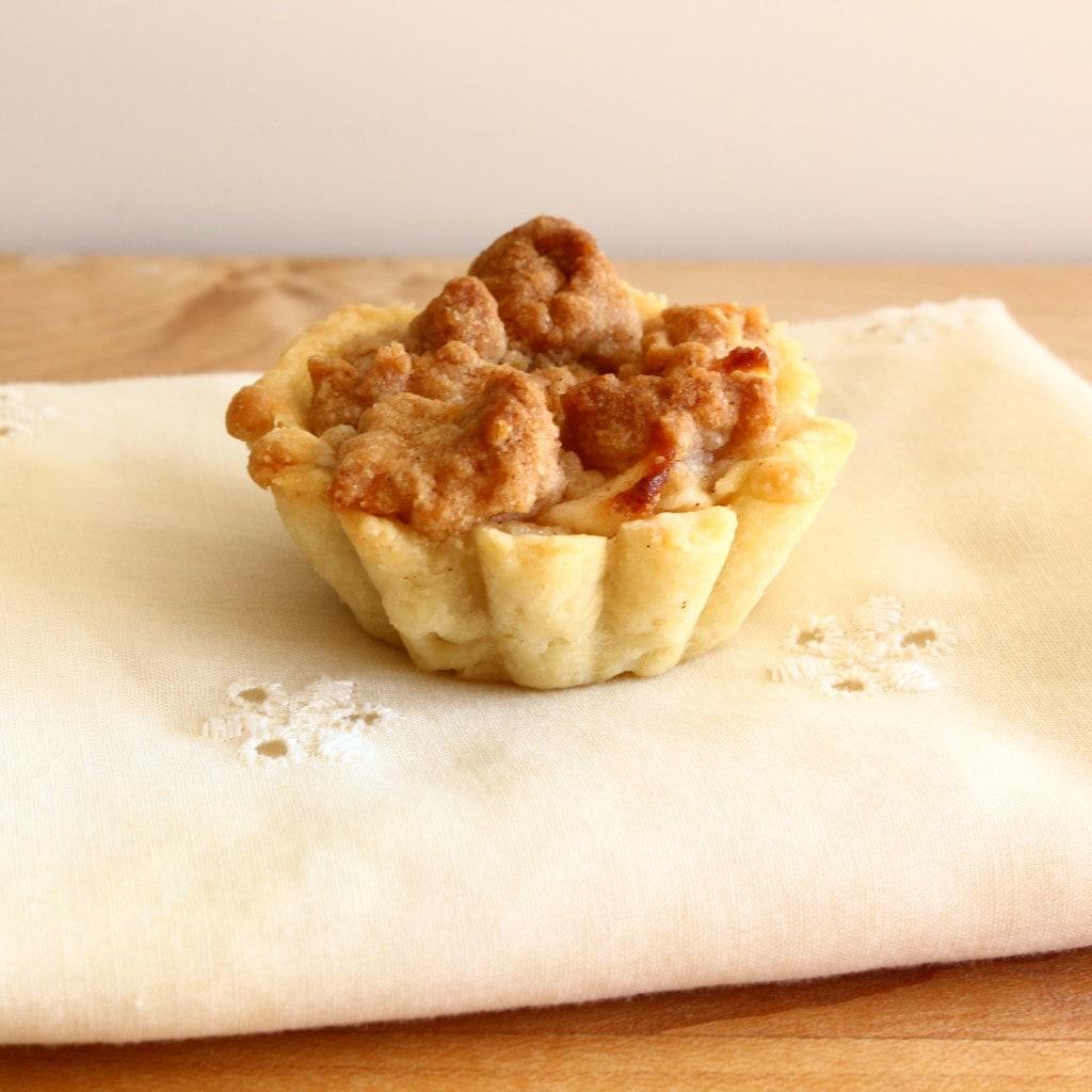 Mini apple crumble pie