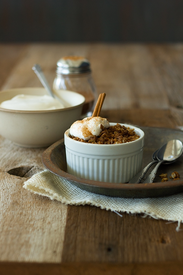 Apple Pie Crumbles - all the flavor of the best apple pie, PLUS an irresistibly crunchy & sweet crumble topping - and only minutes of prep time! | www.brighteyedbaker.com